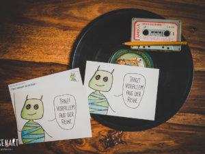 WESENsART Produktbild: Postkarte Wesen sagen Dinge. Dieses Mal »Tanz! Vorallem aus der Reihe.«