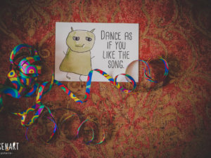 Wesen sagen Dinge. Dieses Mal »Dance as if you like the song.«