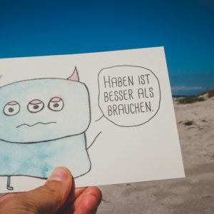 Postkarte: Wesen sagen Dinge. Dieses Mal »Haben ist besser als brauchen.«