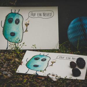 Postkarte: Wesen sagen Dinge. Dieses Mal »Auf ein Neues!«