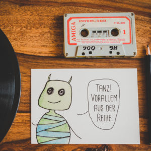 Postkarte Wesen sagen Dinge. Dieses Mal »Tanz! Vorallem aus der Reihe.«
