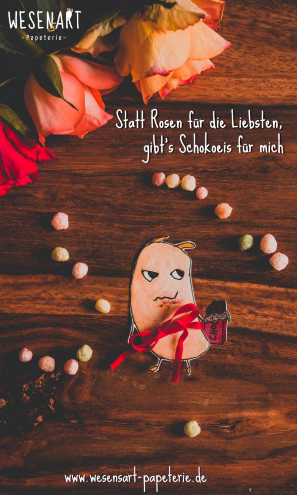 Wesen mit Schokolade in der Hand.