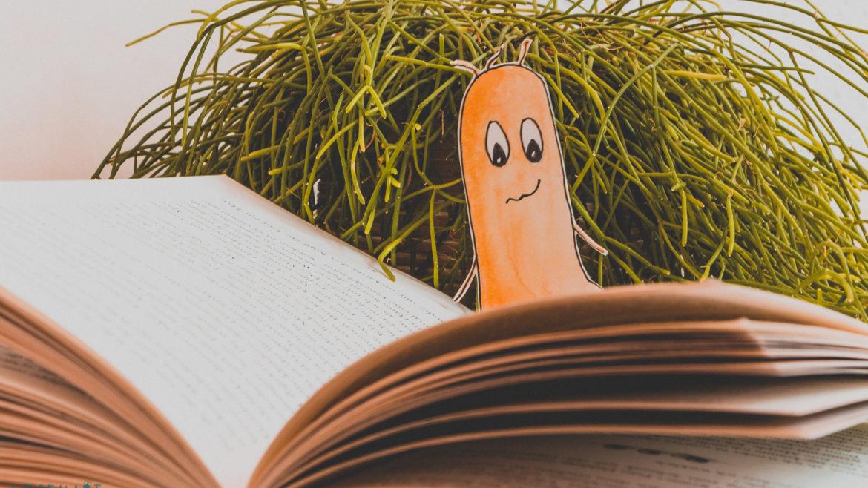 WESENsART | Weltgeschichtentag. Wesen vor Pflanze liest ein Kinderbuch