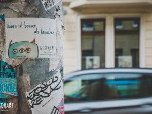 WESENsART Produktbild: Sticker Wesen haben was zu sagen. Dieses Mal »Haben ist besser als brauchen.«