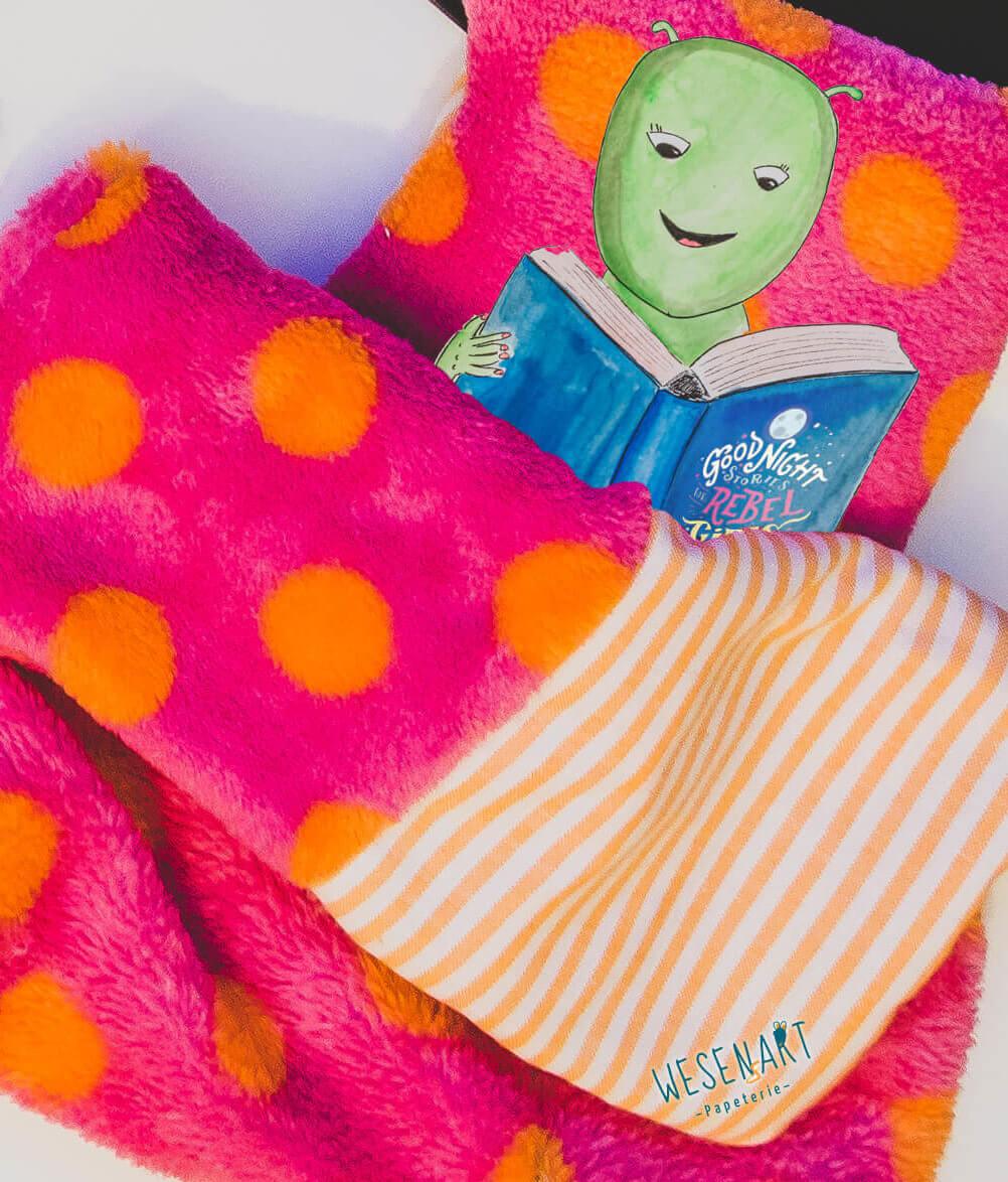 WESENsART – Chakka liest ein Buch im Bett
