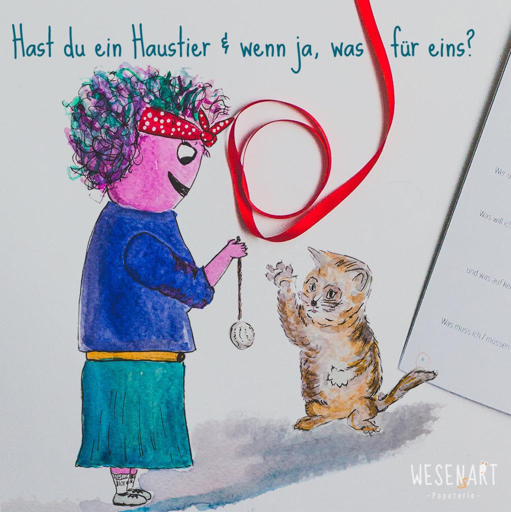 Yannie spielt mit ihrer Katze und fragt dich: »Hast du ein Haustier und wenn ja, was für eins? ... und warum?« Wir sind gespannt auf deine Antwort.