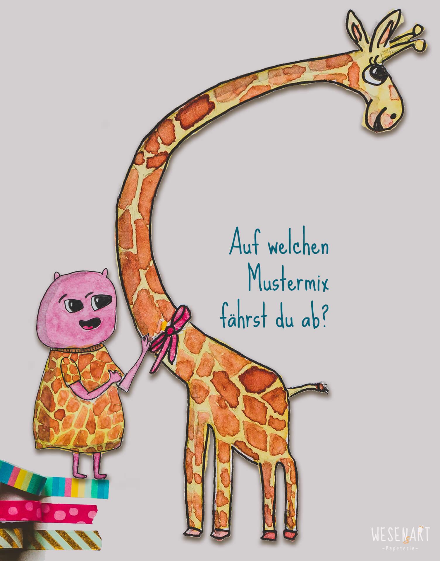 Loui und eine Giraffe. Loui hat das Outfit mit Giraffenmuster an.