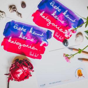 WESENsART-Produktbild: Postkarte: »Liebe kennt keine Kategorien. Und du?«