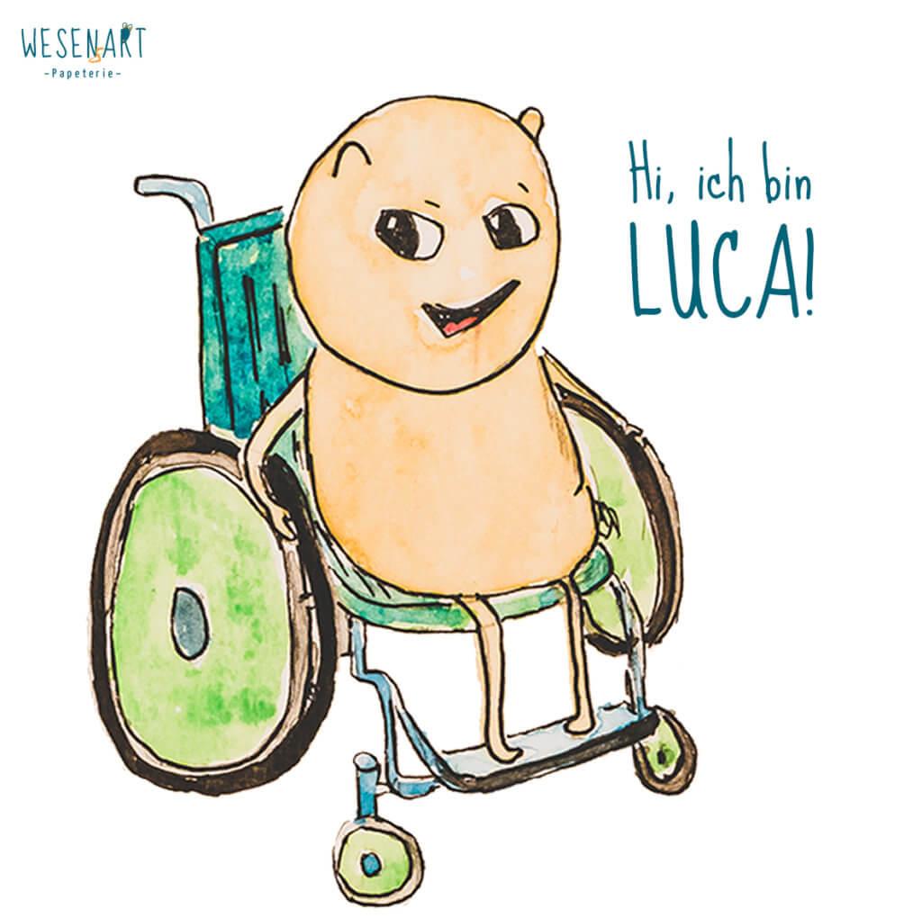 Luca, ein gelbes Wesen, sitzt im Rollstuhl und sagt: Hi, ich bin Luca!