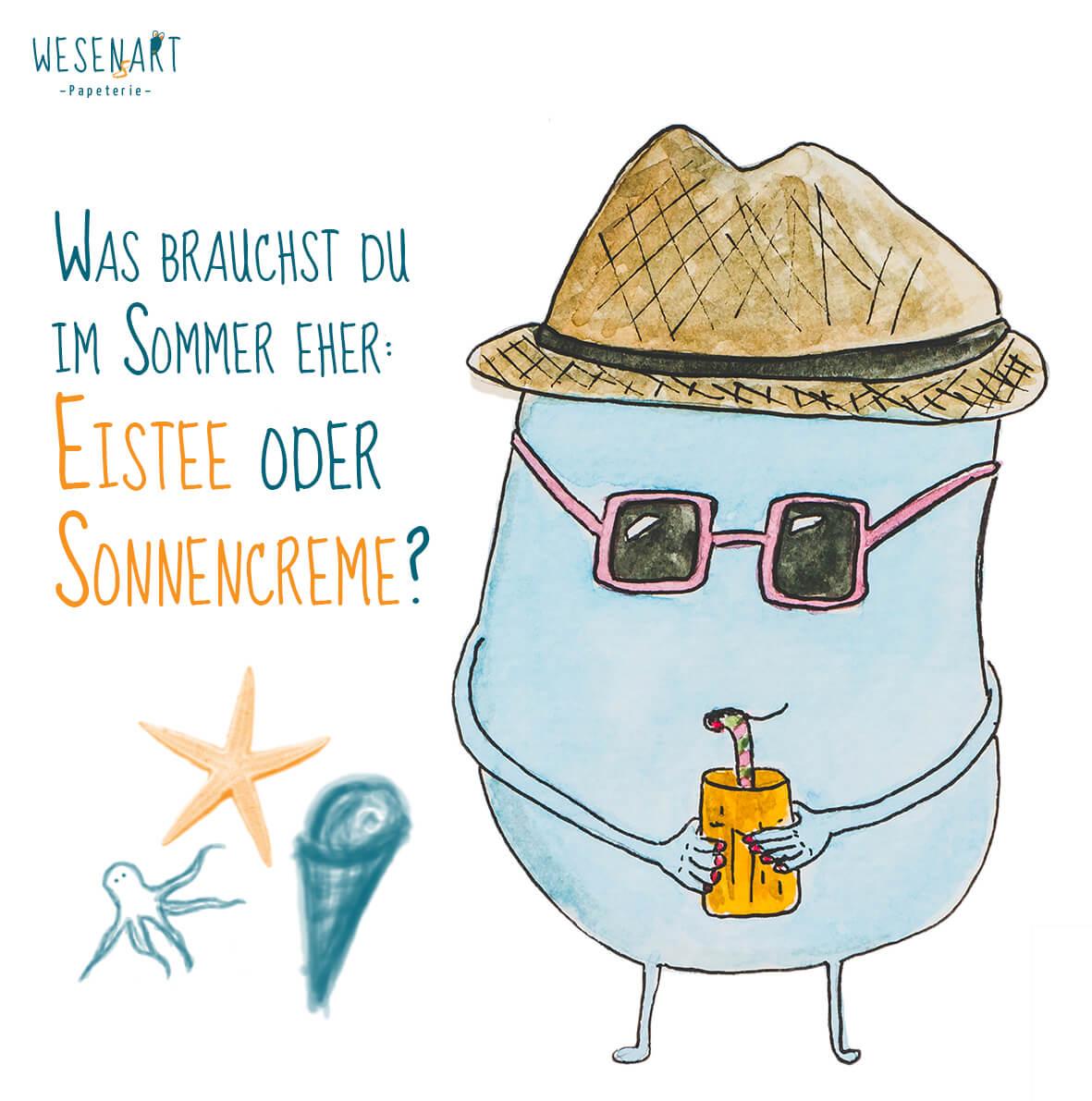 Mika, ein blaues Wesen, mit Sonnenhut, Sonnenbrille und Eistee in der Hand und der Frage »Was brauchst du im Sommrer eher: Eistee oder Sonnencreme?«