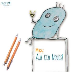 Mika, ein blaues, knubbeliges Wesen mit einem Sektglas in der Hand sitzt auf einem Kasten, in dem drin steht: »Mika: Auf ein Neues!« Links daneben liegen 2 Stifte