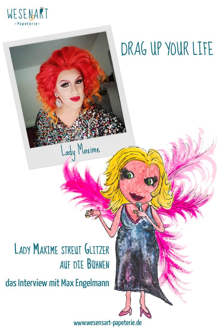 Pinterestbild für den Beitrag: oben ist en Foto von Lady Maxime zu sehen mit roten Haaren. Unten die Lady als Wesen mit blondem Haar, Kleid und pinken Federn.