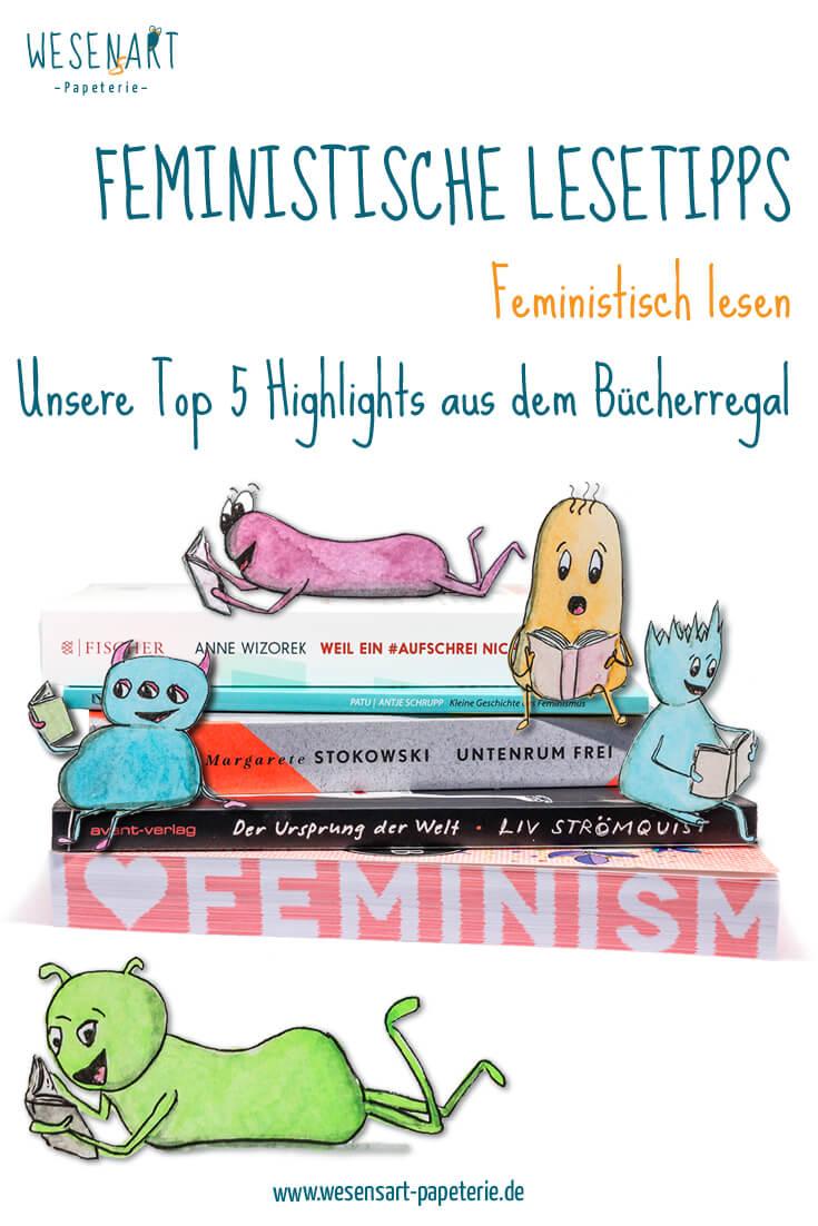 Feministisch lesen: Robyn, Jamie, Chakka, Consti und Curly sitzen auf einem Stapel feministischer Bücher und schmökern in feministischer Bücher.
