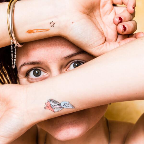 Wesen kleben auf der Haut - die WESENsBande Klebe-Tattoos in Aktion.