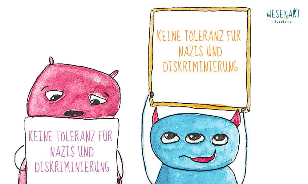 Loui und Robyn halten Schilder in die Höhe, wo drauf steht: »Keine Toleranz für Nazis und Diskriminierung.«