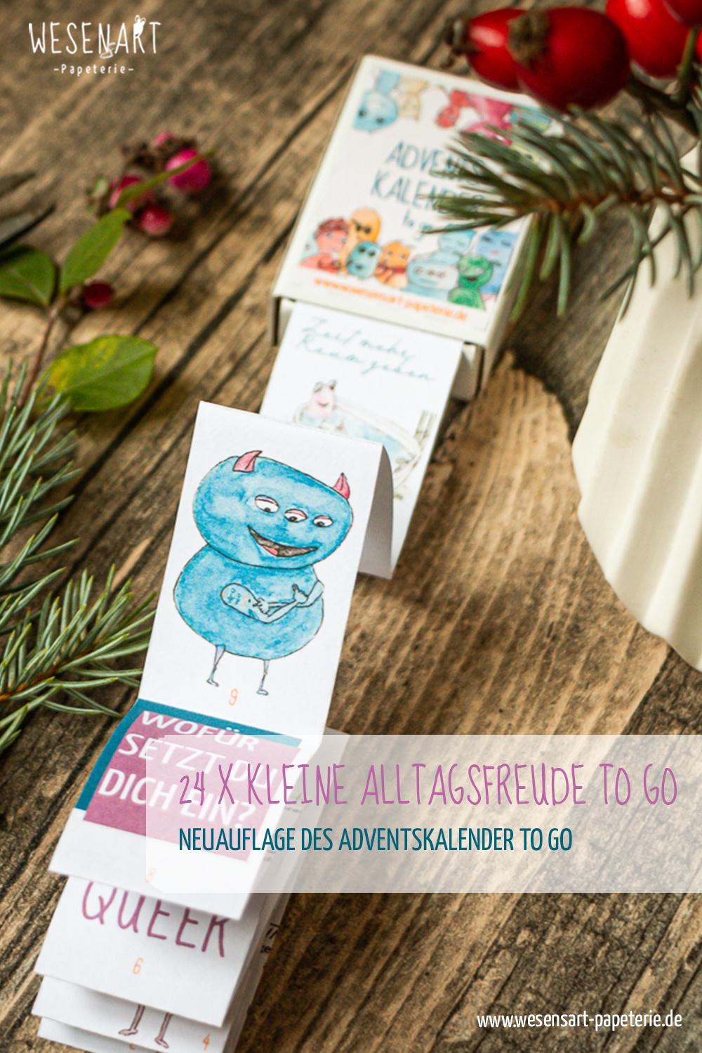 Adventskalender to go bei dem ein paar Bilder heraus gezogen sind. Rechts daneben Washi-Tape. Oben Rechts daneben eine Vase mit Tannengrün und Hagebutten